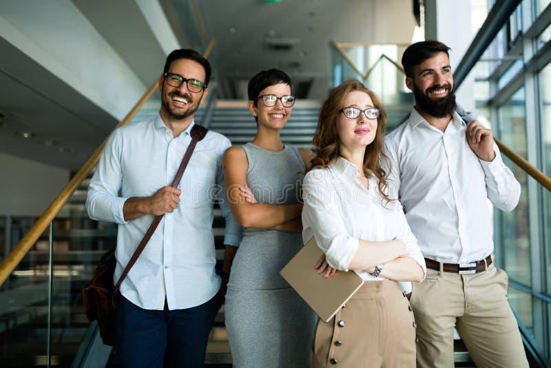 Imagen de empresarios jovenes en pasillo de la compañía imagenes de archivo