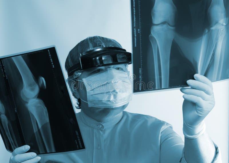 Imagen de examen del doctor maduro radiografía foto de archivo libre de regalías