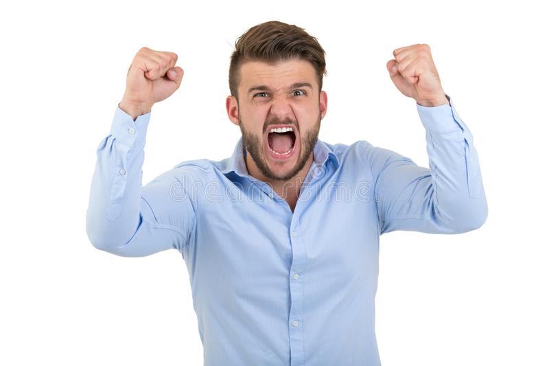 Imagen de gritar al hombre emocional barbudo joven enojado que se coloca sobre el fondo blanco de la pared aislado imagen de archivo