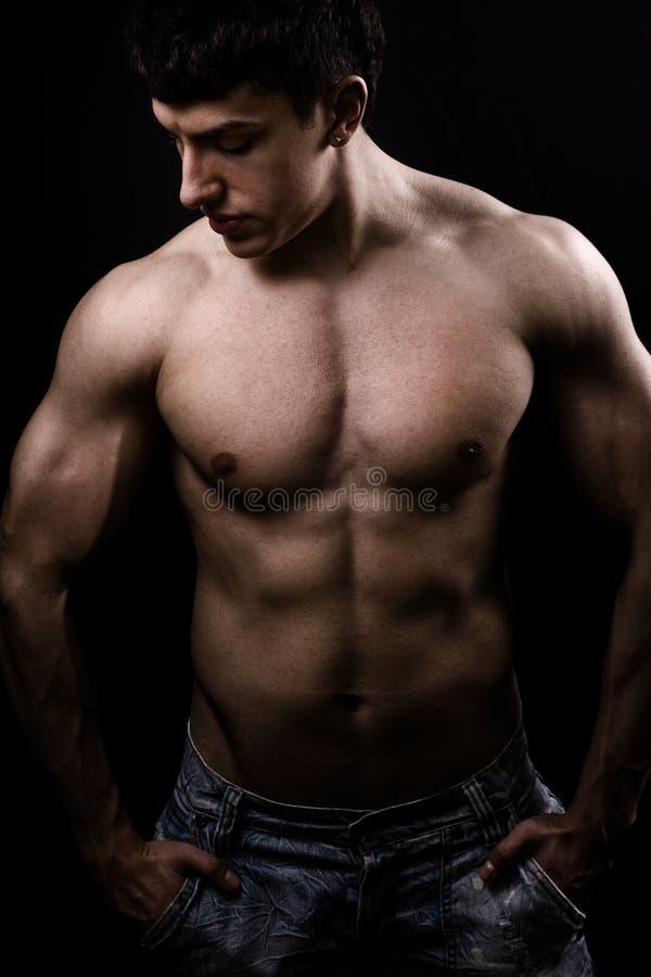 Imagen de la bella arte del hombre descamisado atractivo muscular fotografía de archivo libre de regalías