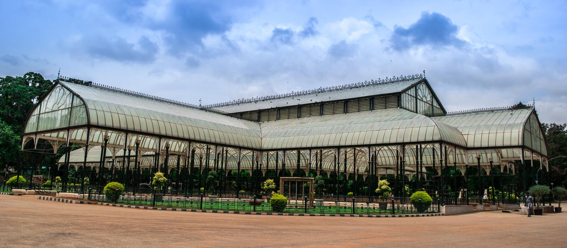 Imagen de la casa de cristal ancha en Lalbagh en Bangalore fotografía de archivo