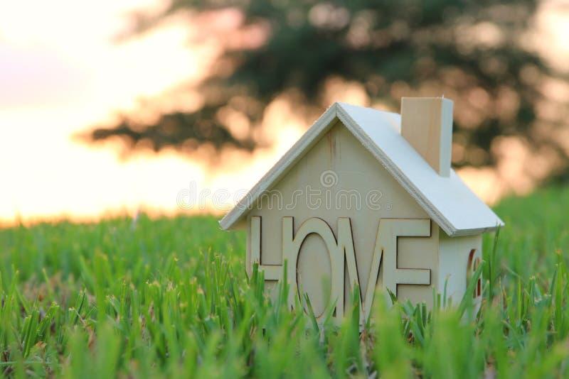 Imagen de la casa del vintage en la hierba, el jardín o el parque en la luz de la puesta del sol imagen de archivo libre de regalías