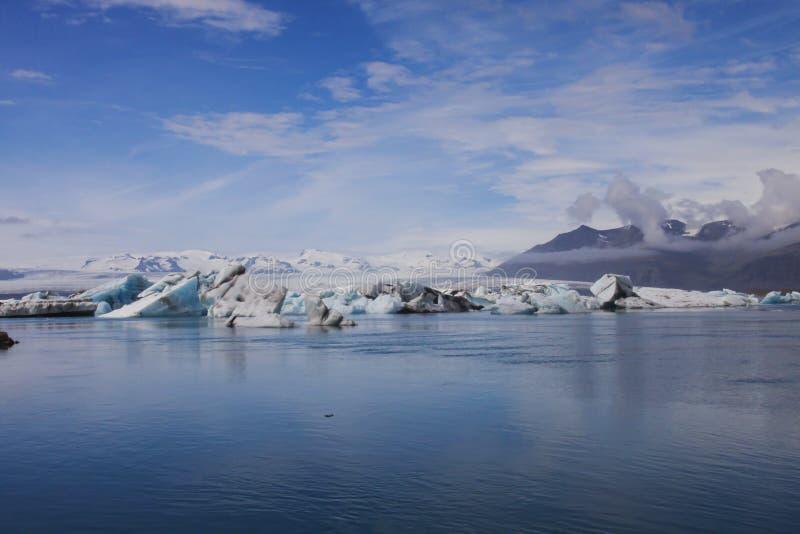 Imagen de la cascada y de la cala, Islandia imagenes de archivo