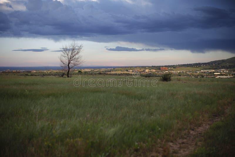 Imagen de la ciudad y los suburbios, cielo, nubes y lluvia en la distancia imagen de archivo libre de regalías