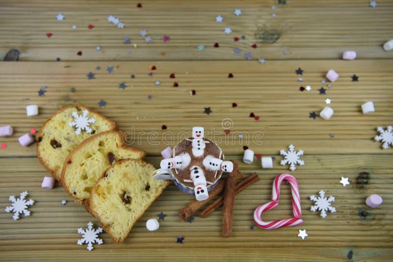 Imagen de la comida y de la bebida de la fotografía de la Navidad con la taza del chocolate caliente y las mini melcochas formada fotos de archivo libres de regalías