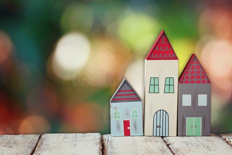 Imagen de la decoración colorida de madera de las casas del vintage en la tabla de madera delante del fondo blured imágenes de archivo libres de regalías