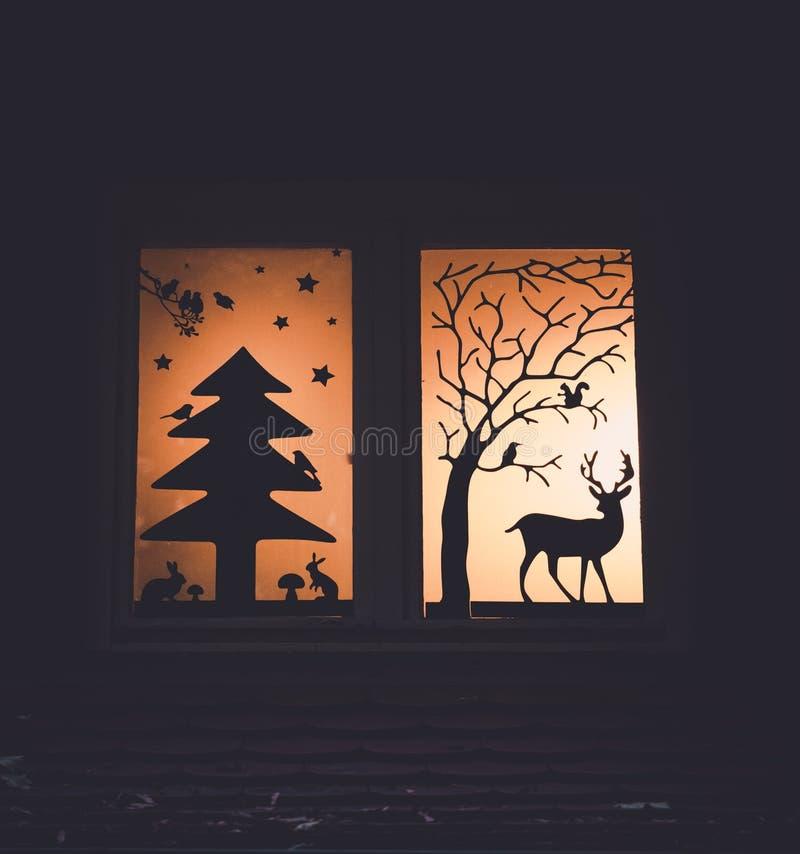 Imagen de la decoración de la ventana con las siluetas más forrest del cuento de hadas fotografía de archivo libre de regalías