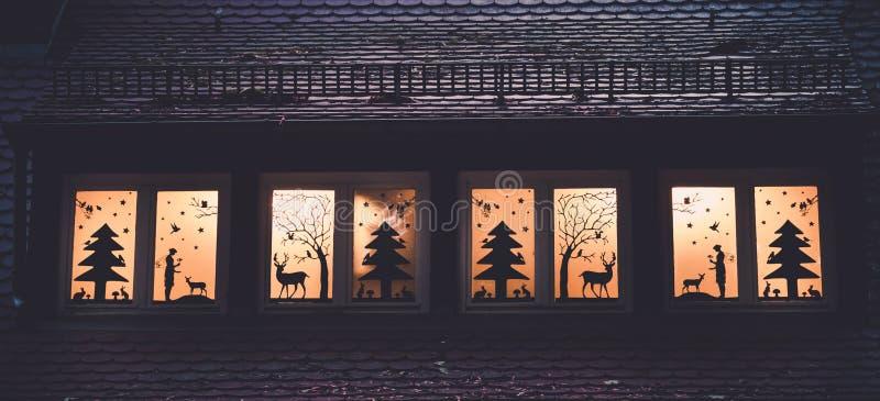 Imagen de la decoración de la ventana con las siluetas más forrest del cuento de hadas fotografía de archivo