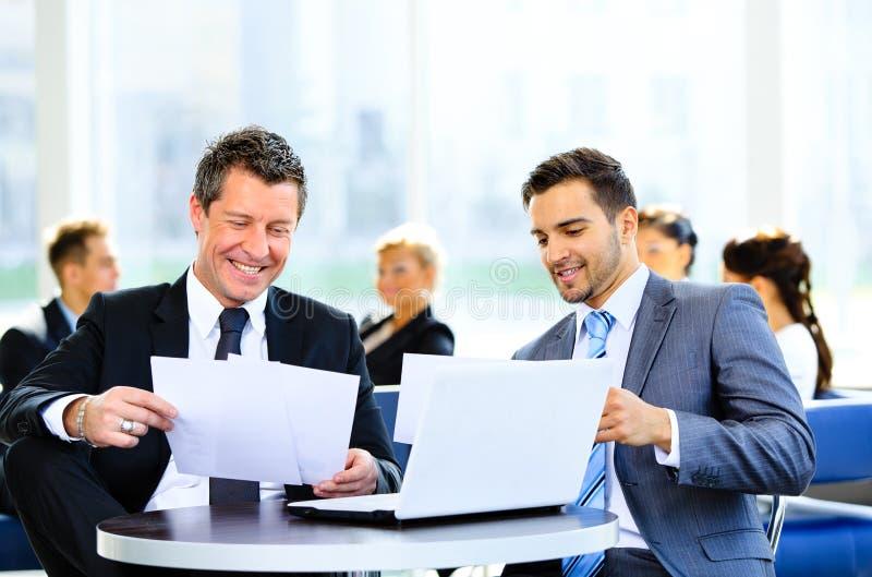 Imagen de la discusión de los socios comerciales imagen de archivo