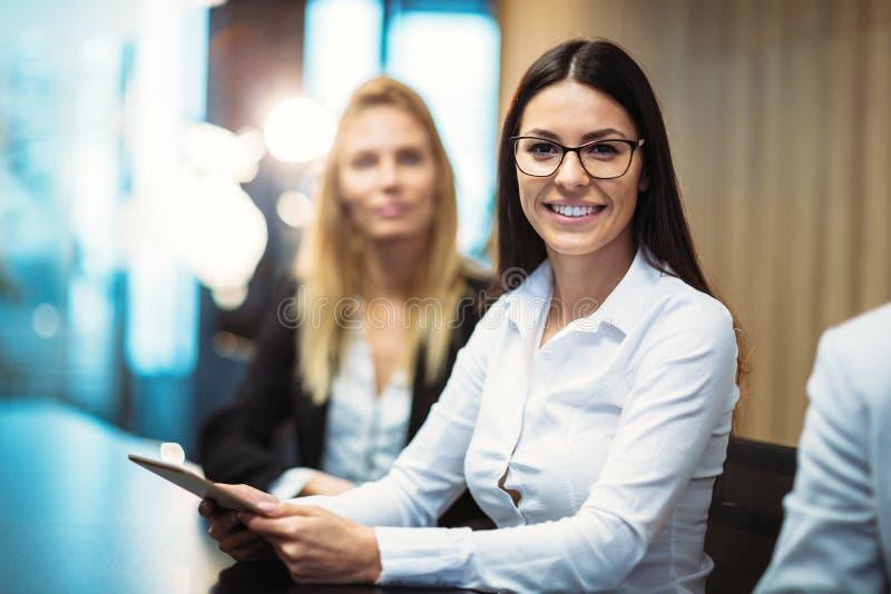 Imagen de la empresaria atractiva en la sala de conferencias imagenes de archivo