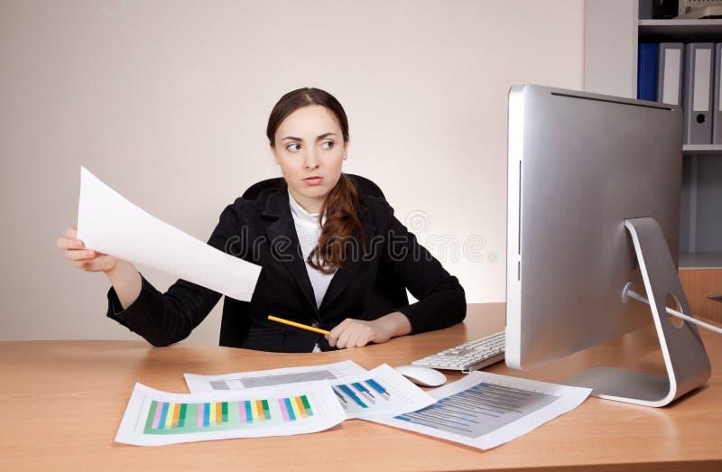 Imagen de la empresaria con informe financiero imagenes de archivo