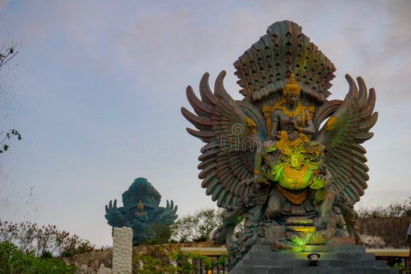 Imagen de la estatua de Garuda como se?al de Bali con el cielo azul como fondo S?mbolo tradicional del Balinese de la religi?n hi fotos de archivo libres de regalías