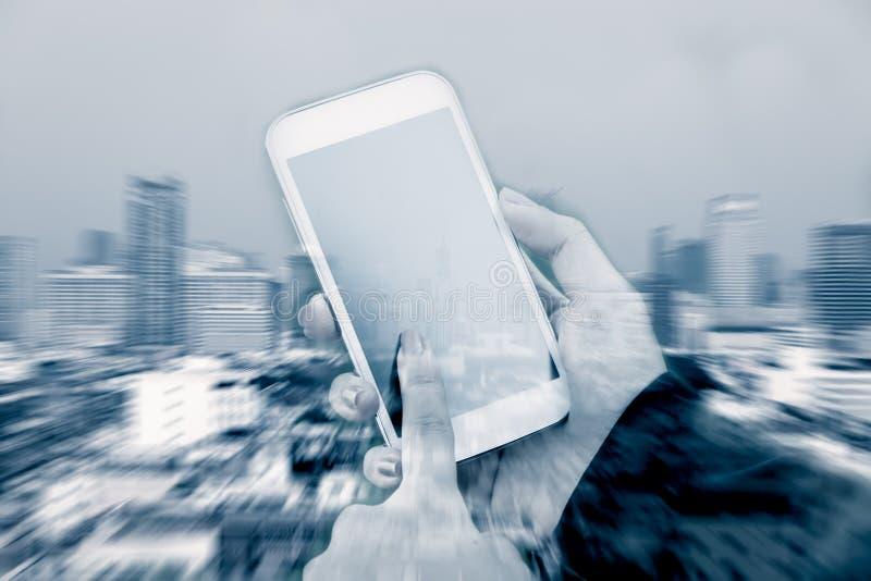 Imagen de la exposición doble de la mujer que usa el teléfono móvil foto de archivo