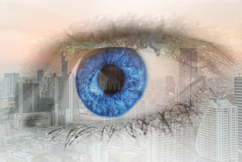 Imagen de la exposición doble del ojo humano con el distrito del centro de negocios imagen de archivo libre de regalías