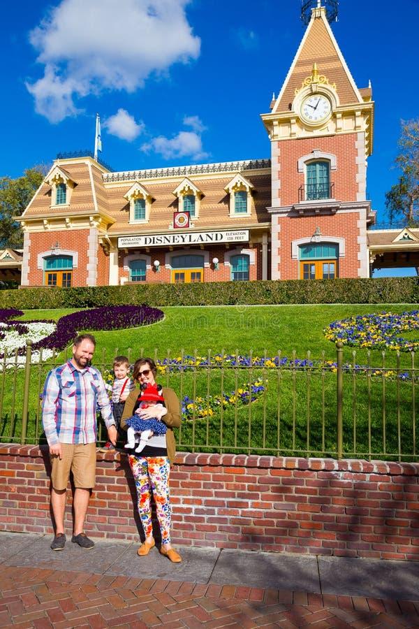 Imagen de la familia de Disneyland foto de archivo
