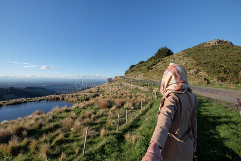 Imagen de la forma de vida de una mujer que lleva la manera en la distancia fotografía de archivo libre de regalías