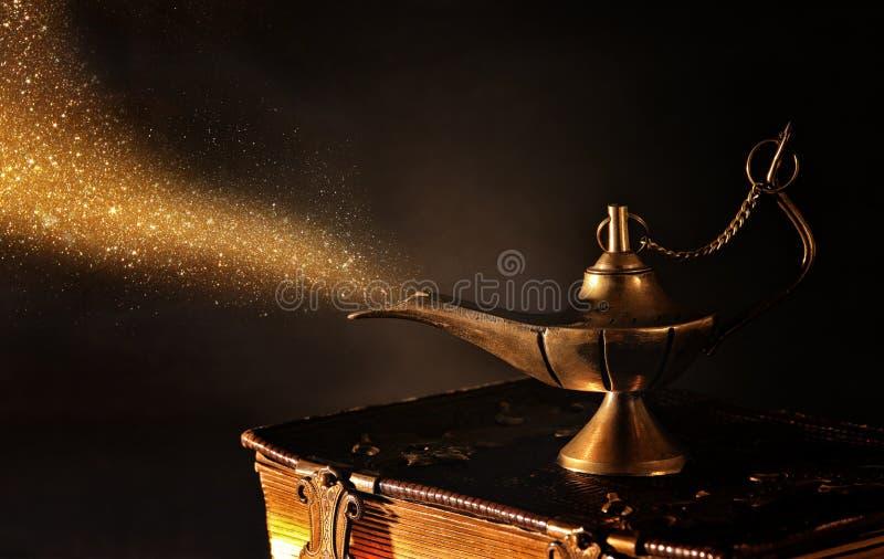 Imagen de la lámpara de aladdin mágica con humo del brillo del oro Lámpara de deseos foto de archivo libre de regalías