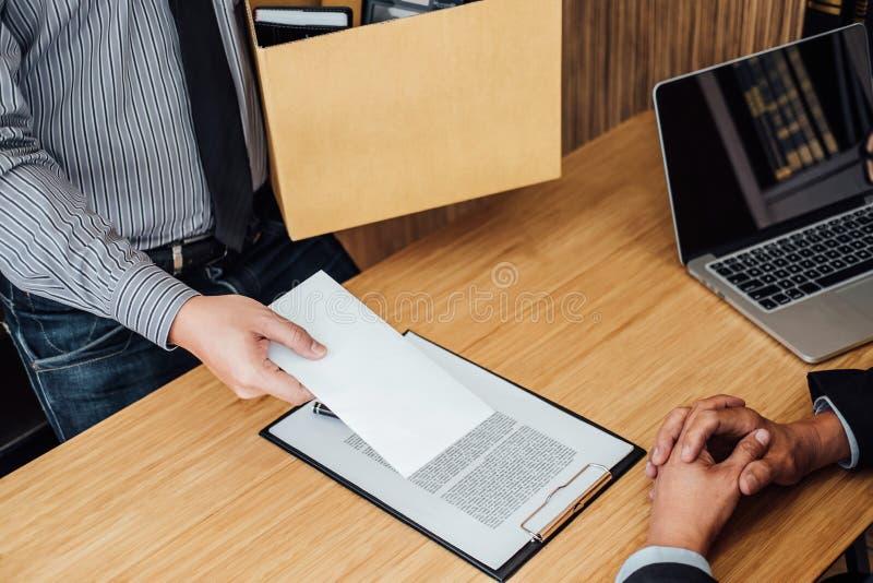 Imagen de la mano del hombre de negocios que sostiene la caja de cartón y que envía un re fotos de archivo libres de regalías