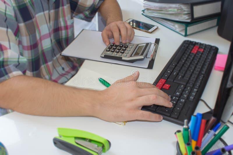Imagen de la mano masculina que señala en el documento de negocio durante la discusión en la reunión fotos de archivo