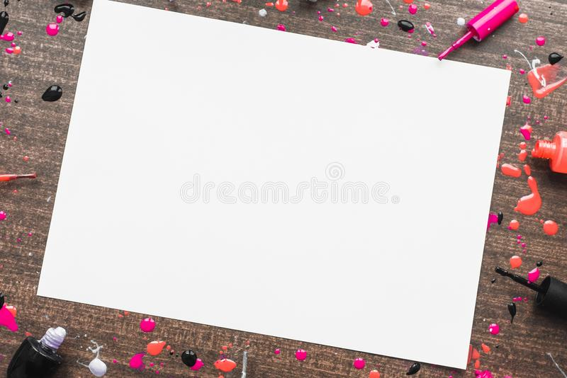 Imagen de la maqueta en fondo de madera con los esmaltes de uñas Lugar para la inscripción en el tema de las mujeres Copyspace co fotos de archivo libres de regalías