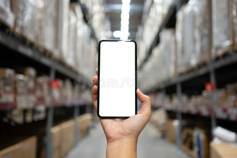 Imagen de la maqueta de la mano de la mujer que sostiene la pantalla blanca aislada smartphones m?viles para el dise?o y otros de imagen de archivo libre de regalías