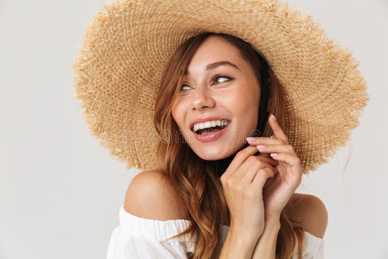 Imagen de la muchacha encantadora contenta 20s que lleva la mirada grande del sombrero de paja fotos de archivo
