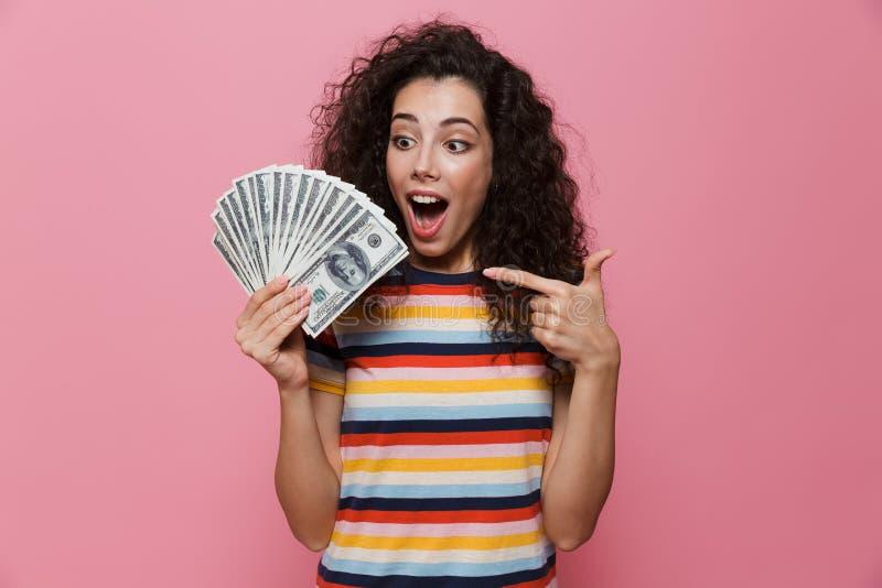 Imagen de la mujer acertada 20s con la fan de la tenencia del pelo rizado del dol fotografía de archivo libre de regalías