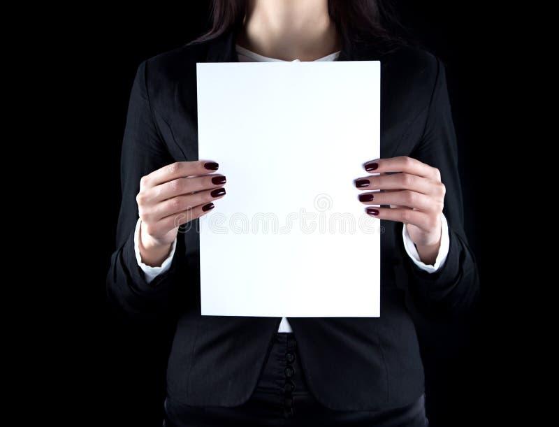 Imagen de la mujer de negocios con la hoja de papel foto de archivo libre de regalías