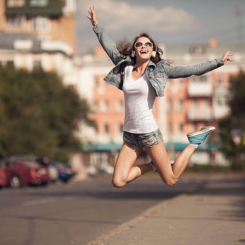 Imagen de la mujer feliz joven, música que escucha y diversión el tener imagen de archivo libre de regalías