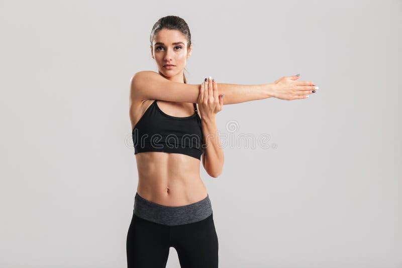 Imagen de la mujer hermosa delgada que hace ejercicio aeróbico y el stretc imagen de archivo