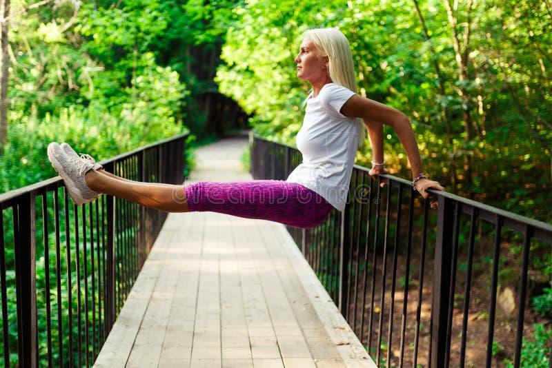 Imagen de la mujer de los deportes en el puente de madera fotos de archivo