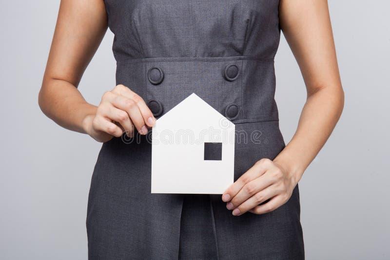Imagen de la mujer que sostiene la casa de papel fotografía de archivo