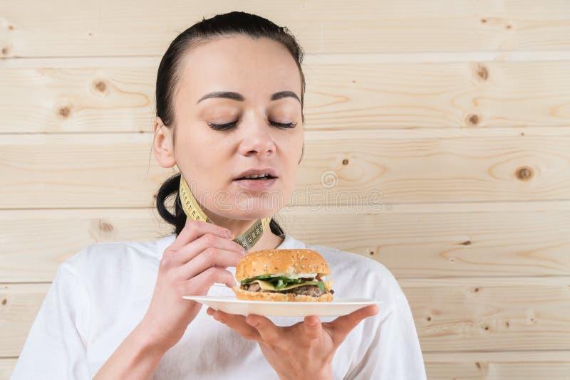 Imagen de la mujer sana que rechaza la comida basura fotografía de archivo
