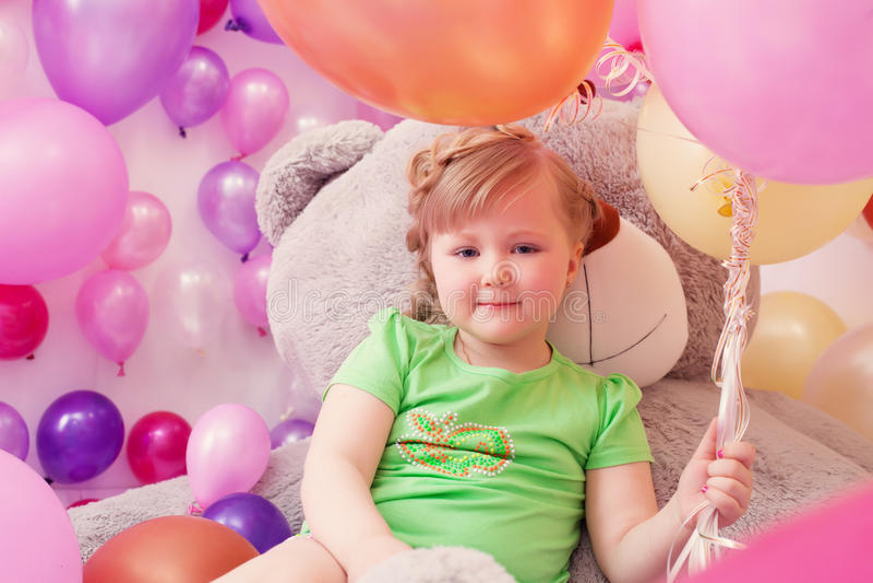 Imagen de la niña linda con el oso de peluche grande imágenes de archivo libres de regalías