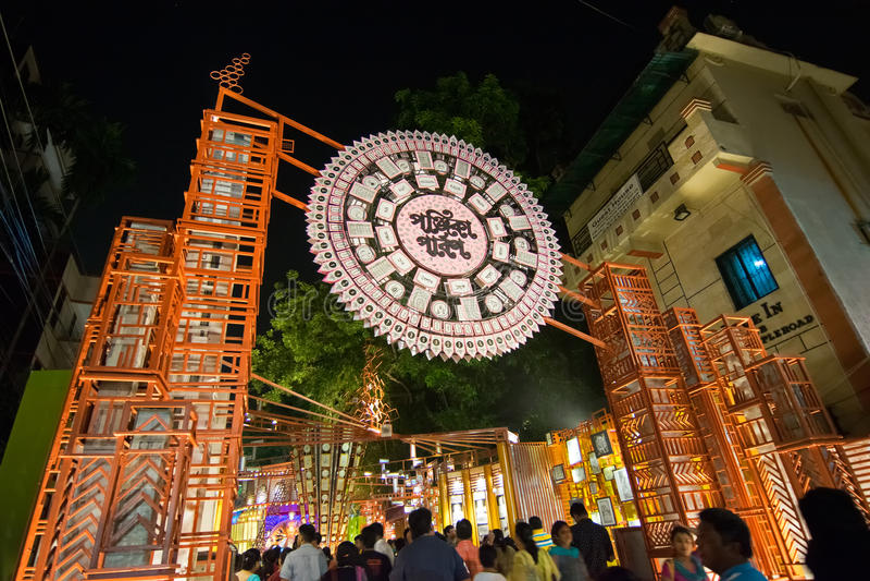 Imagen de la noche de Durga Puja Pandal, Kolkata, Bengala Occidental, la India foto de archivo