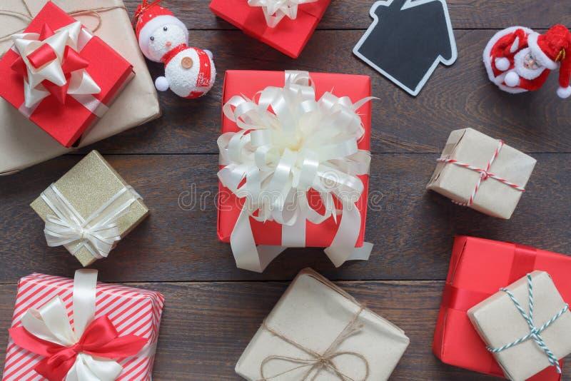 Imagen de la opinión de sobremesa de la Feliz Navidad de las decoraciones y de la Feliz Año Nuevo fotos de archivo libres de regalías