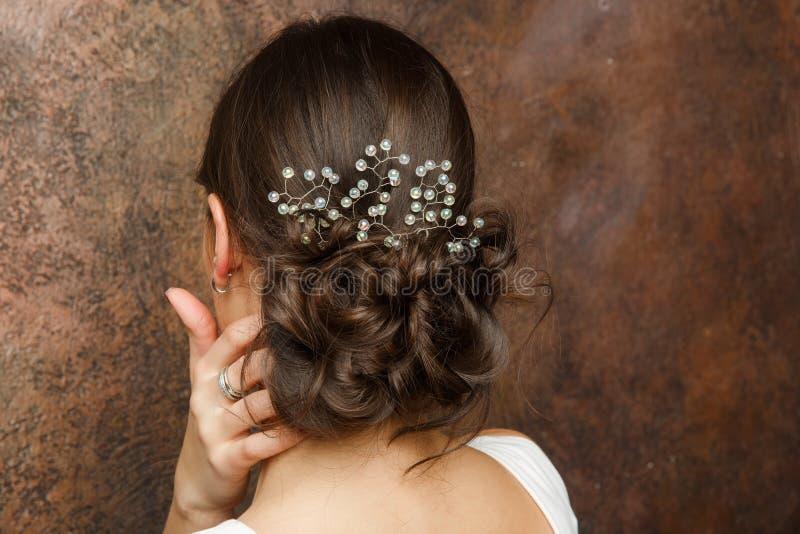 Imagen de la parte posterior de la muchacha con el peinado y la diadema foto de archivo