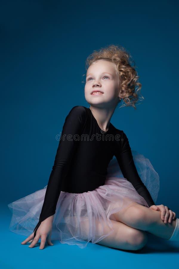 Imagen de la pequeña bailarina moderna que sonríe en estudio foto de archivo