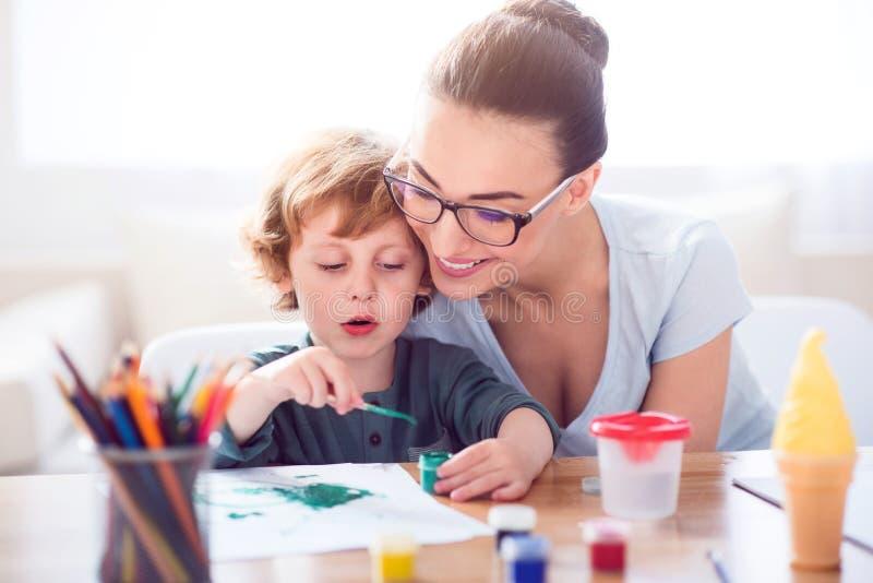 Imagen de la pintura del niño pequeño para la madre foto de archivo