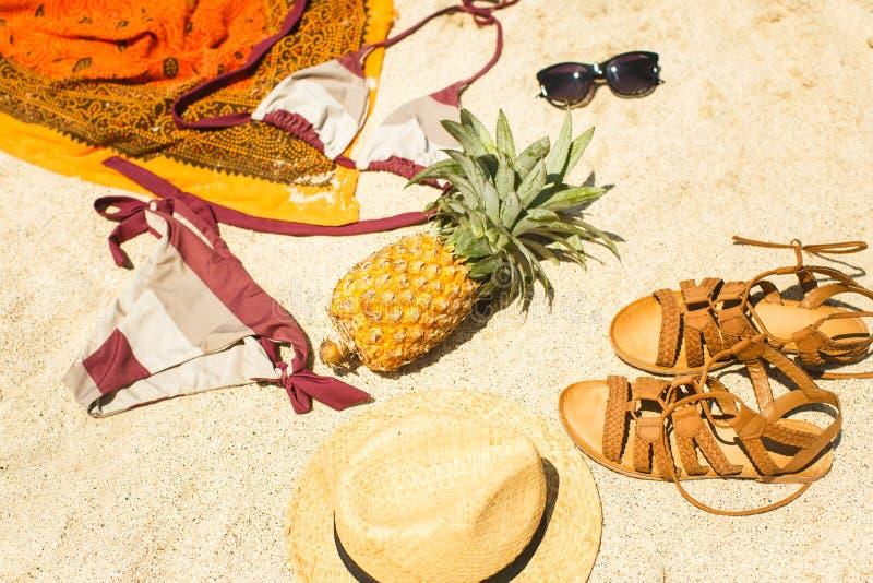 Imagen de la playa: sandalias, bikini, sombrero y vidrios imagenes de archivo