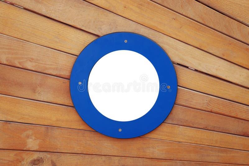 imagen de la puerta vieja de la nave con una ventana azul redonda vacía fotos de archivo libres de regalías