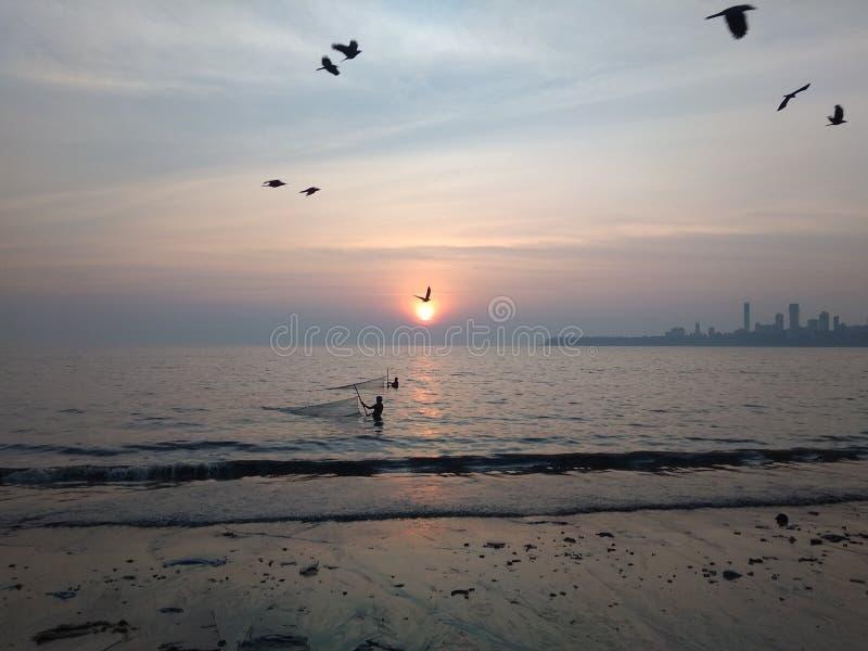 Imagen de la puesta del sol en la igualación de la cara del mar imagen de archivo