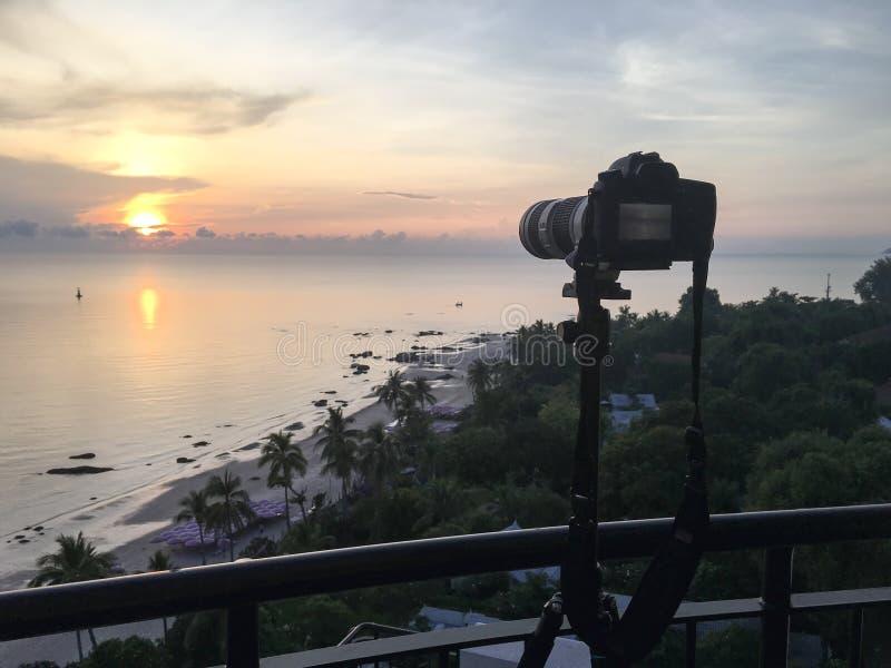 Imagen de la salida del sol de la toma de la cámara sobre el mar y playa en Hua Hin, Thail imagenes de archivo