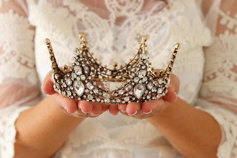 imagen de la señora hermosa con el vestido blanco del cordón que sostiene la corona del diamante período medieval de la fantasía imagen de archivo
