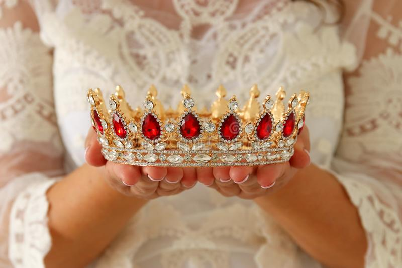 imagen de la señora hermosa con el vestido blanco del cordón que sostiene la corona del diamante período medieval de la fantasía imagen de archivo libre de regalías