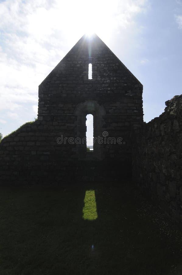 Imagen de la silueta del convento de monjas del St Mary en la isla de Iona, Escocia imagen de archivo libre de regalías