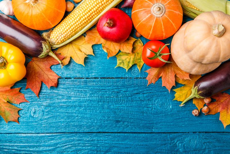Imagen de la tabla de madera azul con las verduras del otoño foto de archivo