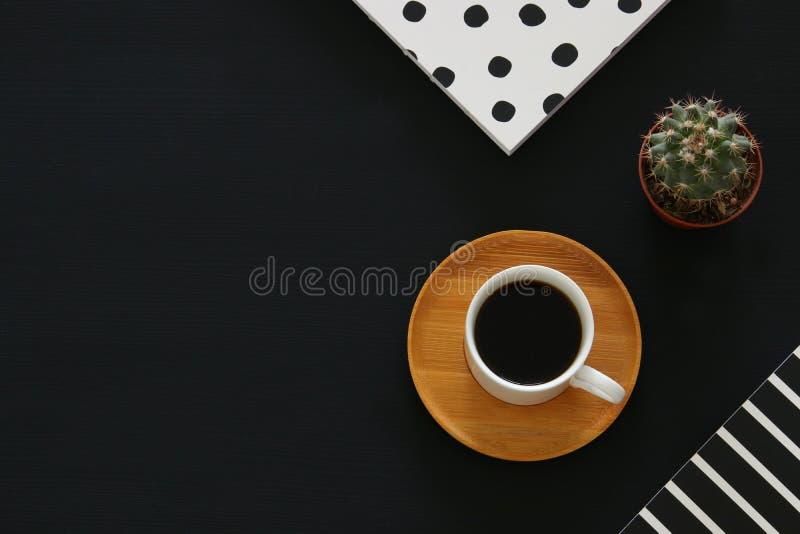 imagen de la taza y del cuaderno de café sobre fondo negro Visión superior fotos de archivo libres de regalías