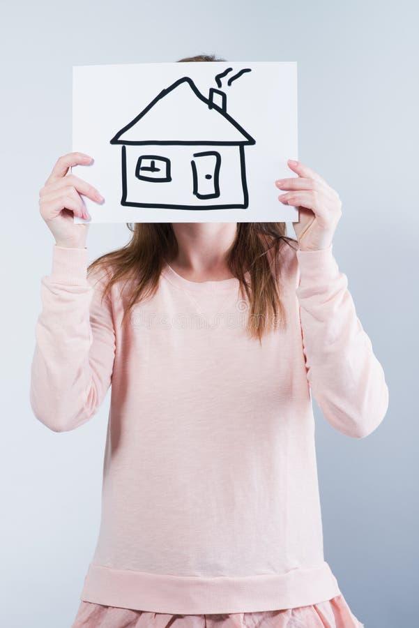 Imagen de la tenencia de la mujer con la casa imágenes de archivo libres de regalías