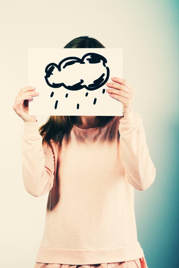 Imagen de la tenencia de la mujer con lluvia de las nubes foto de archivo libre de regalías